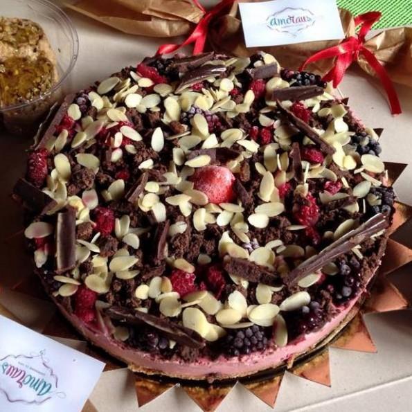 tort ciocolata si fructe padure